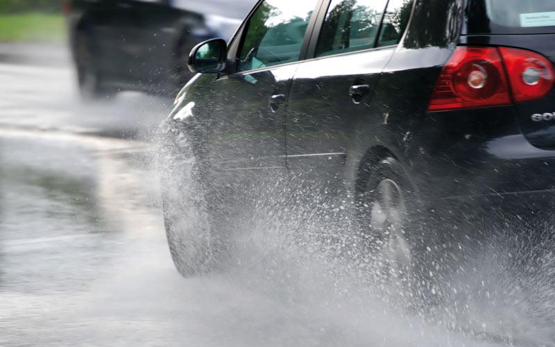 Conduire sous la pluie: Les pièges à éviter