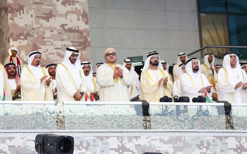 SM le Roi assiste au défilé organisé par l'Etat des Emirats à Abou Dhabi