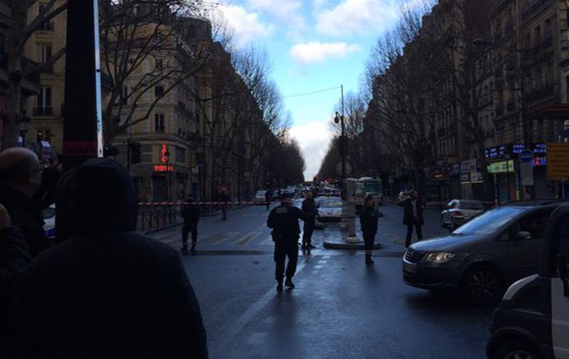 Un homme armé abattu par la police devant un commissariat de Paris