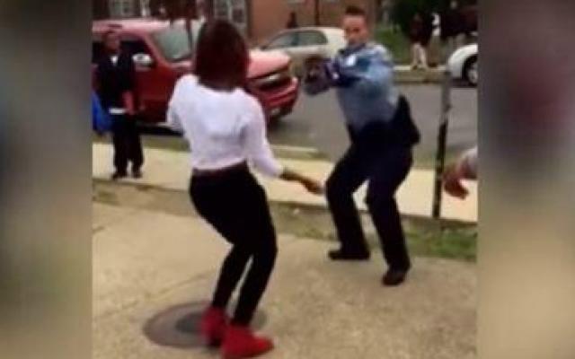 Une policière règle un conflit par une danse, Obama retweete la vidéo