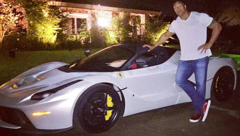 Insolite : Dwayne Johnson trop grand pour sa Ferrari !