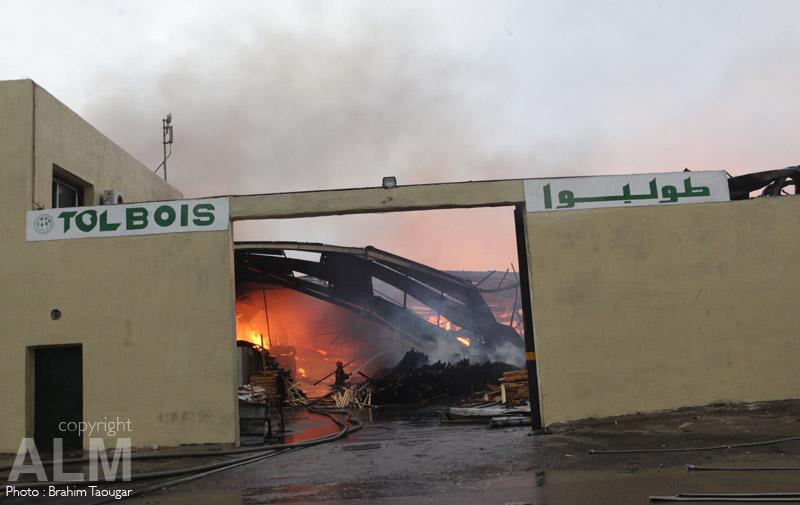 Casa : Un impressionnant incendie embrase une usine à Sidi Bernoussi