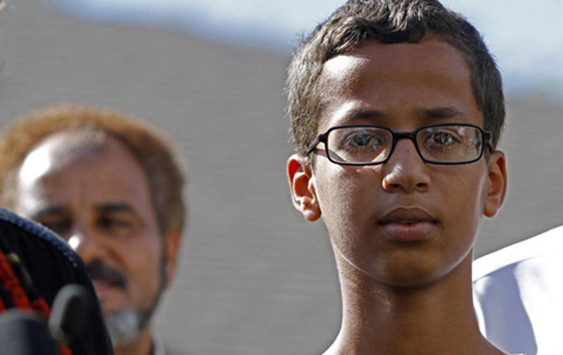 USA : Ahmed 14 ans, arrêté à tort pour avoir construit une horloge, Obama l'invite à la maison Blanche