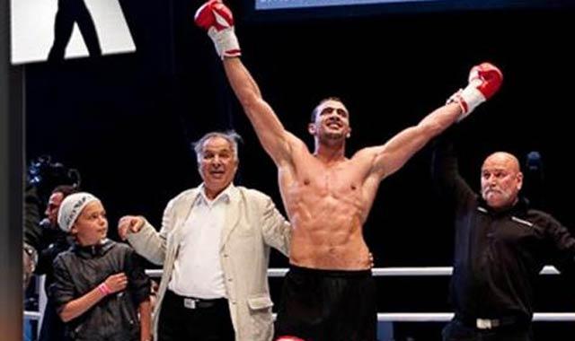 Badr Hari de retour avec un trophée et 100 000 dollars dans la poche