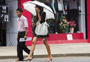 Birmanie : la mini-jupe sexy à l'assaut du chaste longyi