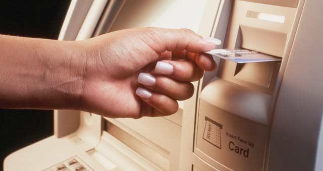 Cartes bancaires : 138 milliards de dirhams retirés  des gab en 2011