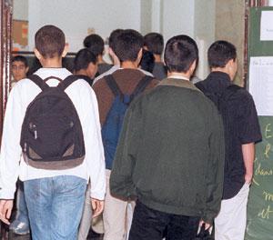 Des têtes pleines d'angoisse dans les salles des examens
