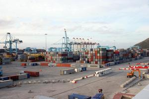 Le déficit commercial continue de se creuser