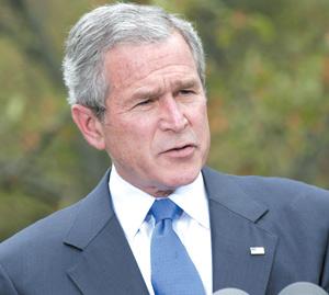 Profil bas et torse bombé pour George W.Bush