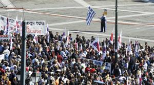 Les Grecs sont de nouveau dans la rue pour protester contre l'austérité : Certains pays réclament une solution plus agressive en Grèce