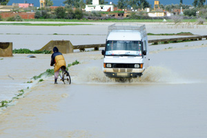Ravitaillement héliporté pour les villages cernés par les eaux des crues