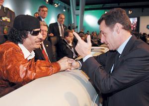 Mouammar Kadhafi brise son isolement à Paris