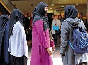 Barcelone bannit la burqa dans les services publics