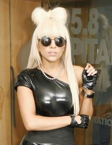 Lady Gagava écrire une chanson sur ses pieds