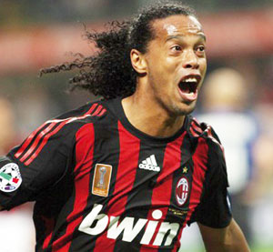 Ronaldinho qualifie l'AC Milan en 8es de finale