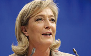 Marine Le Pen accuse Sarkozy de chanter en play-back
