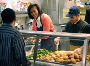 Michelle Obama sert des repas aux exclus
