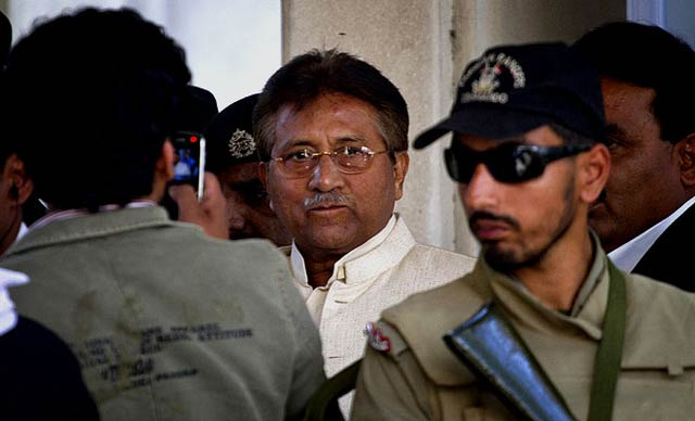Pakistan:  Musharraf évite le tribunal grâce à un problème cardiaque