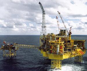Le pétrole franchit la barre des 121 dollars le baril