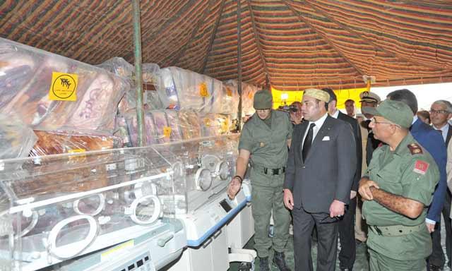 SM le Roi visite l'hôpital marocain de campagne au camp Zaatari et remet deux dons au profit des réfugiés syriens de ce camp