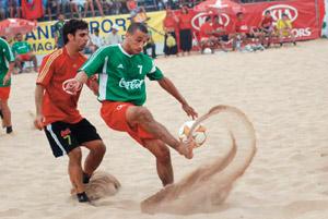 Le beach soccer, un sport qui envahit nos plages
