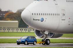Un Volkswagen Touareg, remorqueur d'un Boeing