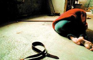 Elle dérobe le téléphone de l'un de ses quatre violeurs et le remet à la police