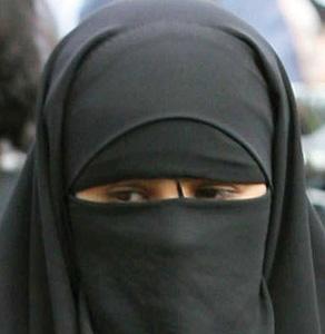 Il tente d'enlever la burqa d'une femme et tue son époux