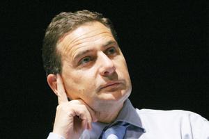 Eric Besson lâche les tests ADN en rase campagne