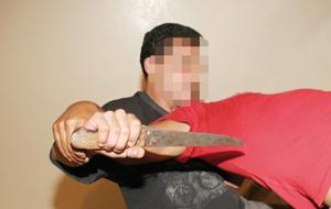 Il tue l'un des trois voyous qui ont kidnappé sa maîtresse