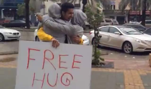 Arabie Saoudite : Arrêtés pour avoir proposé des câlins gratuits aux passants