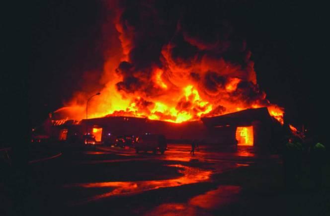 Un violent incendie se déclare dans un souk de commerces de bois à Témara