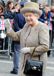Sarkozy fait mauvaise manière à la Reine d'Angleterre