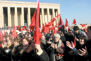 Plus de 100.000 manifestants à Ankara contre le port du voile