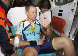 Lance Armstrong chute et abandonne