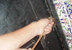Elle engage sa soeur et son beau-frère pour cambrioler l'appartement de sa belle-fille