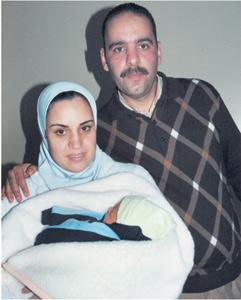 Yassine dans les bras de ses parents