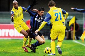 L'Inter coule, ses rivaux le larguent