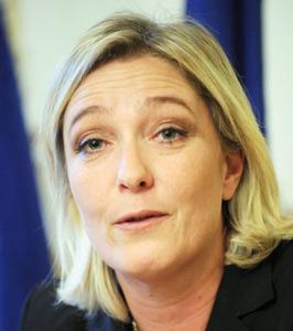 Marine Le Pen en croisade contre la double nationalité