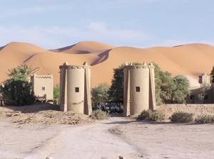 Merzouga, un plateau du désert au pied des dunes