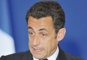 Sarkozy, mal-aimé et chef de guerre