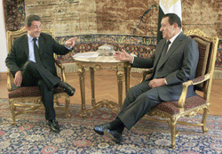 Sarkozy propose le nucléaire civil à Hosni Moubarak