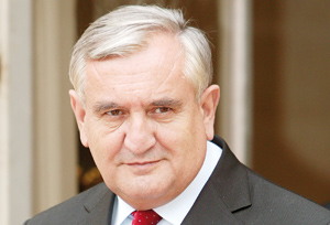 Raffarin s'insurge contre Sarkozy