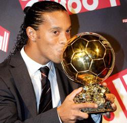 Ronaldinho élu joueur de l'année par la FIFA