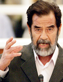 Saddam Hussein défie la justice