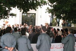 Les grévistes dénoncent les poursuites à l'encontre du personnel