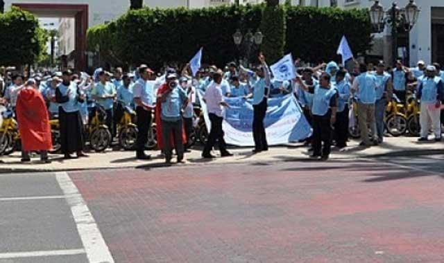 Sit-in des fonctionnaires de l UMT contre les nouvelles taxes