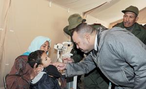SM le Roi visite l'hôpital militaire de campagne installé à Agouddim