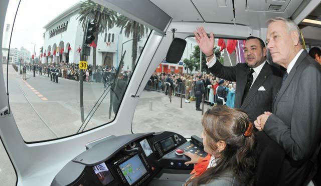 SM le Roi inaugure la première ligne  du tramway de Casablanca