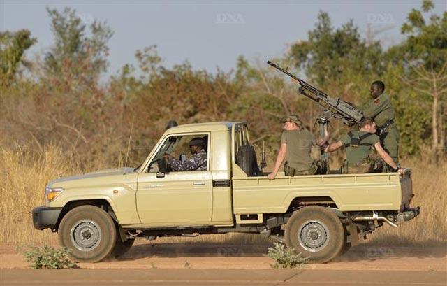 Une colonne de soldats maliens et français entre dans la ville de Diabali